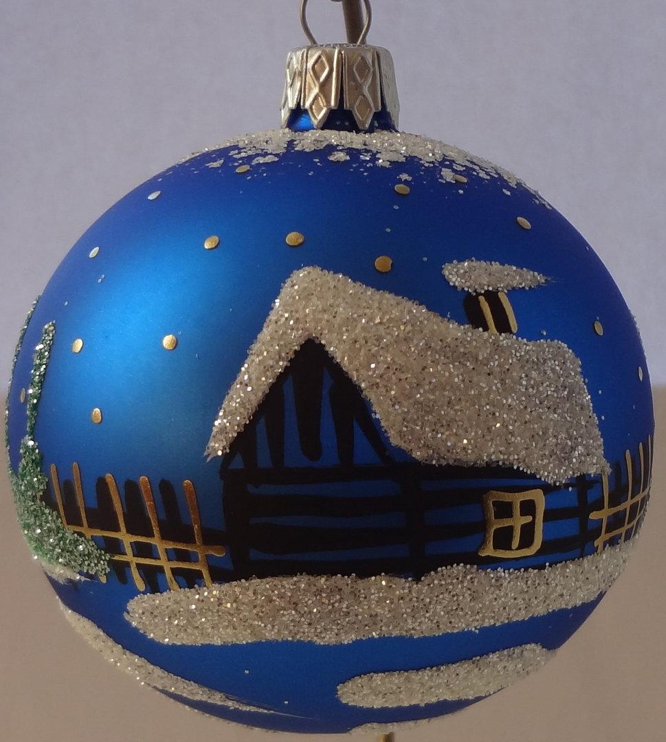 blaue weihnachtskugeln mit winterlichem motiv haus im. Black Bedroom Furniture Sets. Home Design Ideas