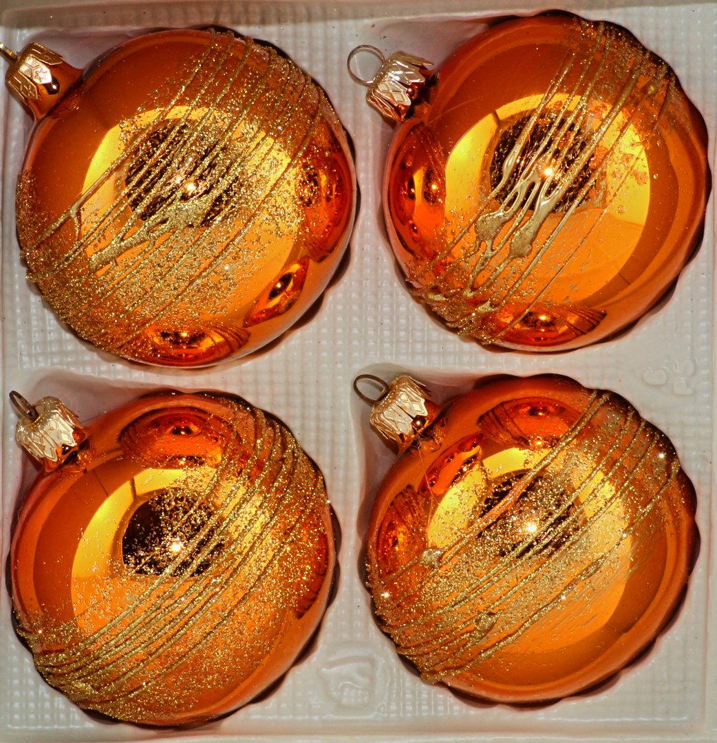 gl nzend orangene weihnachtskugeln aus glas. Black Bedroom Furniture Sets. Home Design Ideas