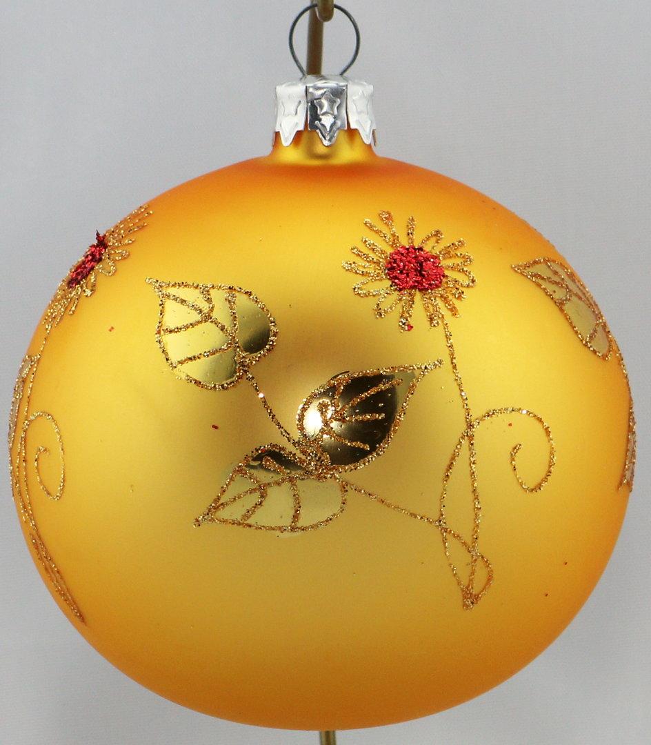 matte goldene weihnachtskugeln mit goldenen blumen aus. Black Bedroom Furniture Sets. Home Design Ideas