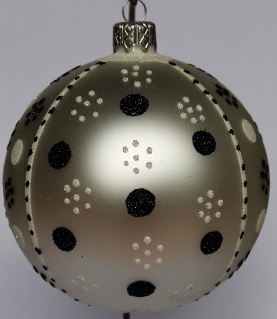 wei e weihnachtskugeln aus glas mit wei en und schwarzen punkten. Black Bedroom Furniture Sets. Home Design Ideas