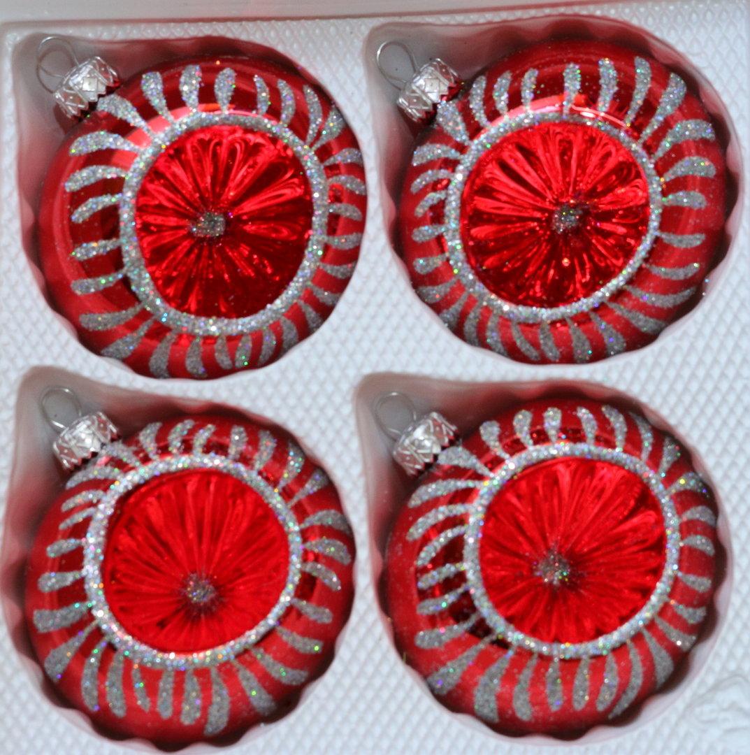 rot gl nzende weihnachtskugeln mit reflex aus glas. Black Bedroom Furniture Sets. Home Design Ideas