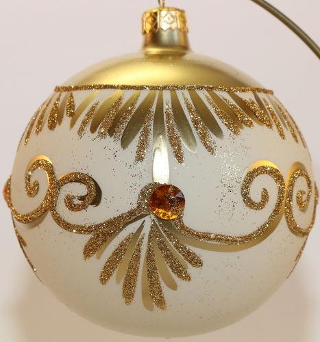 Goldene Weihnachtskugeln.Matte Weiß Und Goldene Weihnachtskugeln